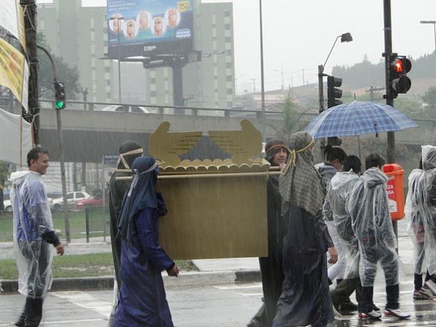 Trazendo a arca na Marcha para Jesus em S. Bernardo do Campo