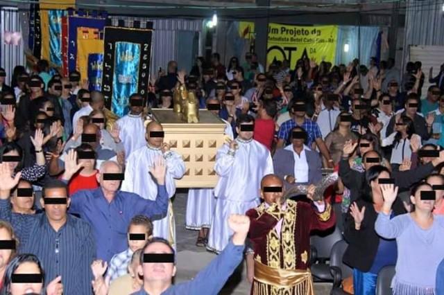 """Carregamento e adoração de réplica da arca da aliança em Igreja Metodista que agora tem """"apóstolo"""""""